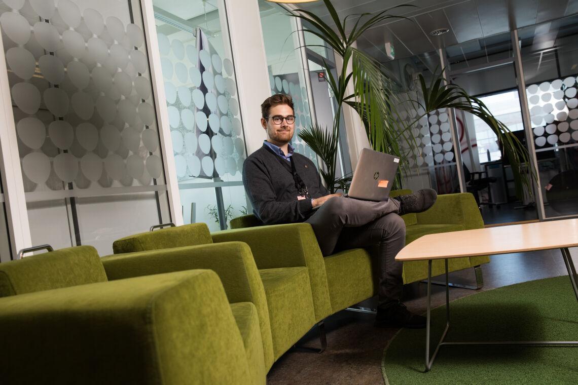 Amos Schalin istuu Palmian toimiston sohvalla, sylissään kannettava tietokone.