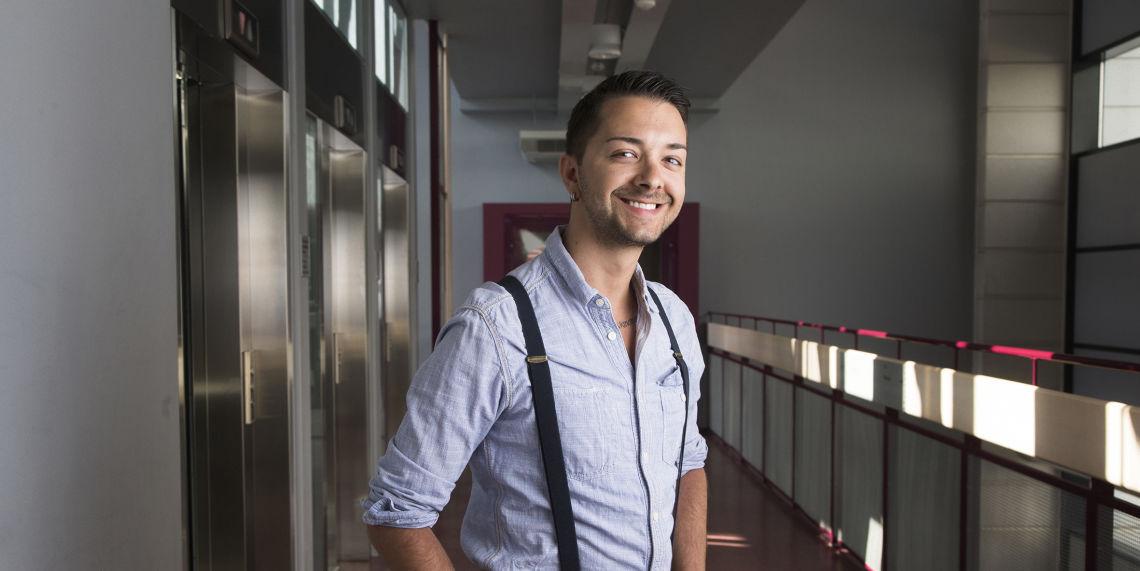 Siivouspalvelujen projektisuunnittelija Branimir Petkov hymyileen Palmian toimiston käytävällä.