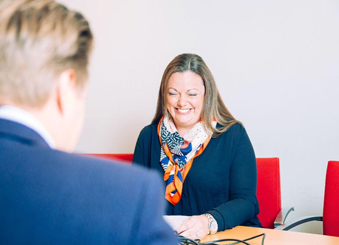 Henkilöstö- ja hallintojohtaja Sanni Alajääski hymyilee kuvassa.