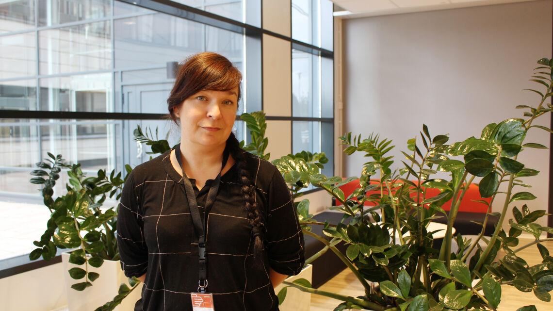 Kuvassa alue-esimies Titta Franzén-Hendrell, taustalla viihtyisät koulutustilat.