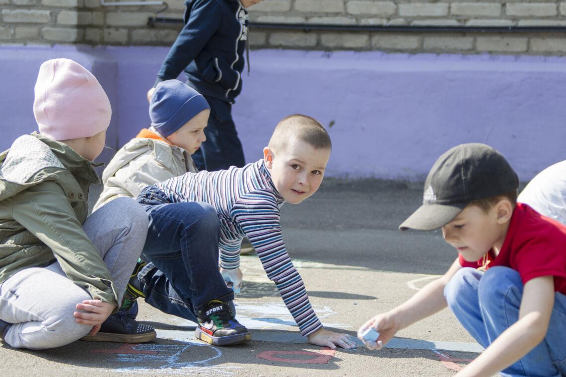 Pienet lapset leikkivät pihalla.