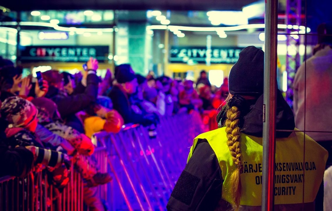 Vartija seuraa tapahtumia kiinalaisen uudenvuoden juhlinnassa ulkona kadulla.