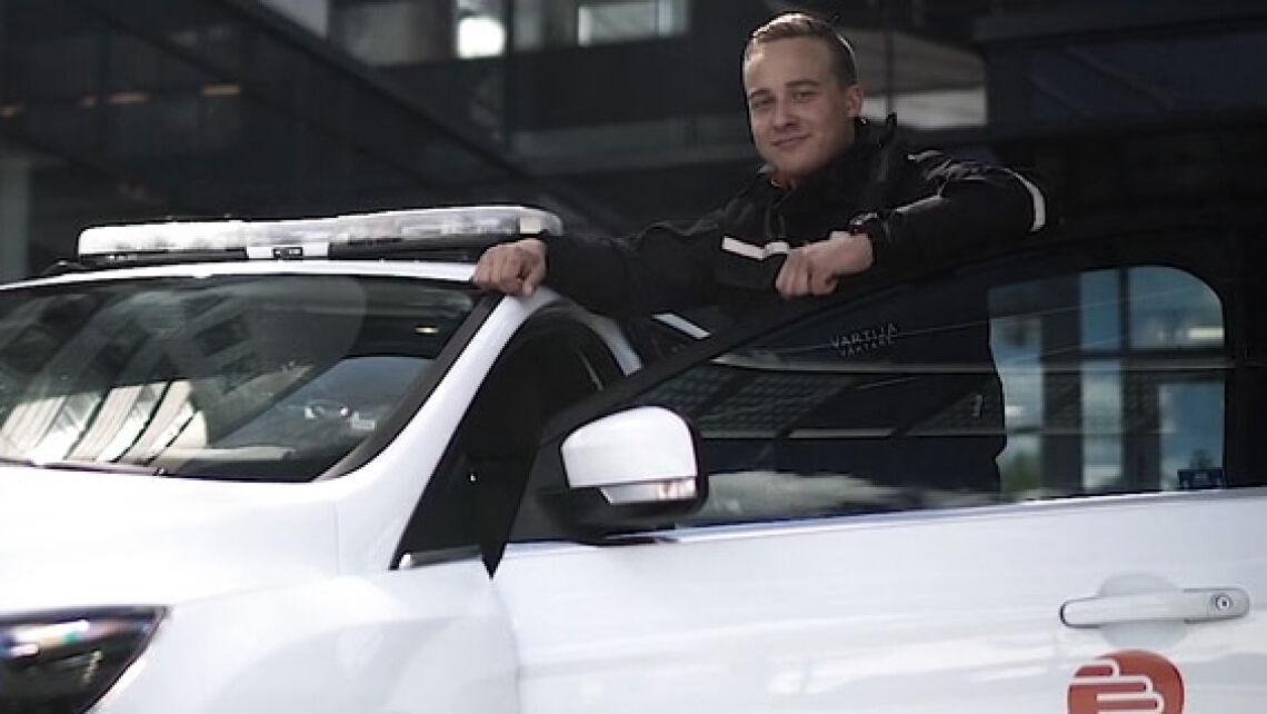 Piirivartija on noussut autostaan ja seisoo auton oven vieressä.