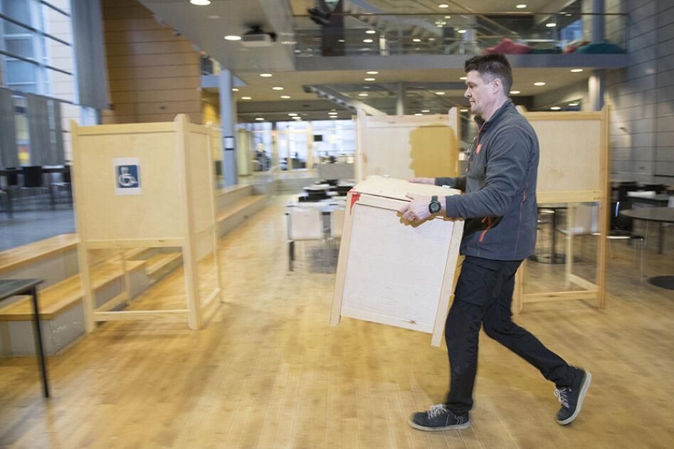 Äänestyspaikan pystytys Aurinkolahden koulussa.